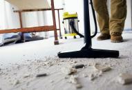 Устранение дефектов и уборка после покраски потолков